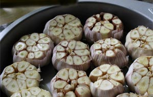 Roasted Garlic with Robust Spanish Hojiblanca
